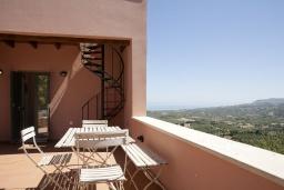 Терраса. Греция, Георгиуполис : Уютный каменный дом в комплексе с бассейном, с 2 спальнями, с приватной террасой и барбкю