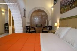 Спальня. Греция, Георгиуполис : Уютный каменный дом в комплексе с бассейном, с 2 спальнями, с приватной террасой и барбкю