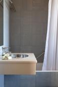 Ванная комната. Греция, Георгиуполис : Уютный каменный дом в комплексе с бассейном, с 2 спальнями, с приватной террасой и барбкю