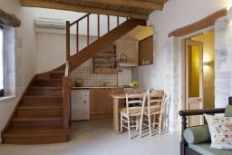 Кухня. Греция, Георгиуполис : Уютный каменный дом в комплексе с бассейном, с 2 спальнями, с приватной террасой и барбкю