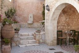 Терраса. Греция, Георгиуполис : Каменный дом с видом на море и горы, в комплексе с общим бассейном, приватной террасой, патио и барбекю