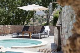 Бассейн. Греция, Георгиуполис : Комплекс из 4 домов с видом на море и горы, с общим бассейном, приватной террасой, патио и барбекю