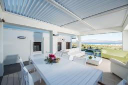 Патио. Греция, Киссамос Кастели : Роскошная современная вилла с прекрасным видом на море, с 5 спальнями, с бассейном, патио и барбекю