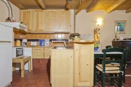 Кухня. Греция, Георгиуполис : Каменный дом в комплексе с бассейном, с отдельной спальней и частной террасой, расположен в тихой деревне Kastellos