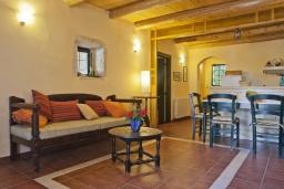 Гостиная. Греция, Георгиуполис : Каменный дом в комплексе с бассейном, с отдельной спальней и частной террасой, расположен в тихой деревне Kastellos