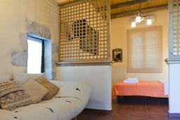 Спальня. Греция, Георгиуполис : Каменный дом в комплексе с бассейном, с отдельной спальней и частной террасой, расположен в тихой деревне Kastellos