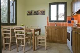 Кухня. Греция, Георгиуполис : Каменный дом в комплексе с бассейном, с 3 спальнями и частной террасой, расположен в тихой деревне Kastellos