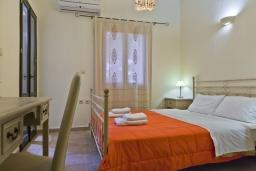 Спальня 2. Греция, Георгиуполис : Каменный дом в комплексе с бассейном, с 3 спальнями и частной террасой, расположен в тихой деревне Kastellos