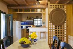 Кухня. Греция, Георгиуполис : Каменный дом в комплексе с бассейном, с 2 спальнями, террасой и потрясающим видом на горы, море и окрестности