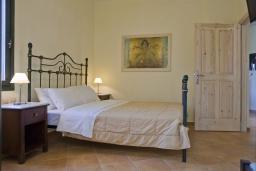 Спальня. Греция, Георгиуполис : Каменный дом в комплексе с бассейном, с 3 спальнями и частной террасой, расположен в тихой деревне Kastellos