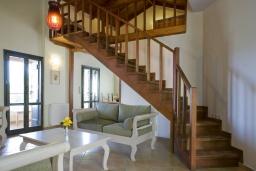 Гостиная. Греция, Георгиуполис : Каменный дом в комплексе с бассейном, с 3 спальнями и частной террасой, расположен в тихой деревне Kastellos