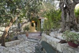 Территория. Греция, Георгиуполис : Комплекс домов с панорамным видом на море и горы, с 9-ю спальнями, с бассейном, детским бассейном и приватными террасами