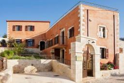 Фасад дома. Греция, Георгиуполис : Роскошная вилла с панорамным видом на море, с 4-мя спальнями, с большим бассейном, зелёным двориком, патио и барбекю