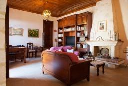 Гостиная. Греция, Георгиуполис : Роскошная вилла с панорамным видом на море, с 4-мя спальнями, с большим бассейном, зелёным двориком, патио и барбекю