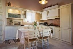 Кухня. Греция, Георгиуполис : Роскошная вилла с панорамным видом на море, с 4-мя спальнями, с большим бассейном, зелёным двориком, патио и барбекю