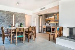 Кухня. Греция, Коккино Хорио : Современная вилла с головокружительным видом на горы, с 5 спальнями, с бассейном, зелёным двориком, барбекю и патио