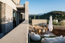 Патио. Греция, Коккино Хорио : Современная вилла с головокружительным видом на горы, с 5 спальнями, с бассейном, зелёным двориком, барбекю и патио