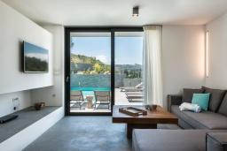 Гостиная. Греция, Коккино Хорио : Современная вилла с головокружительным видом на горы, с 5 спальнями, с бассейном, зелёным двориком, барбекю и патио