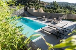 Бассейн. Греция, Коккино Хорио : Современная вилла с головокружительным видом на горы, с 5 спальнями, с бассейном, зелёным двориком, барбекю и патио