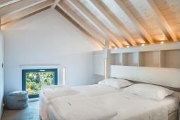 Спальня. Греция, Коккино Хорио : Современная вилла с 5 спальнями, бассейном, солнечной террасой с lounge-зоной, патио и барбекю