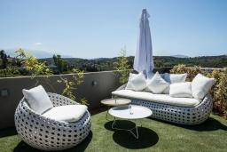 Патио. Греция, Коккино Хорио : Современная вилла с 5 спальнями, бассейном, солнечной террасой с lounge-зоной, патио и барбекю