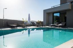 Бассейн. Греция, Коккино Хорио : Современная вилла с 5 спальнями, бассейном, солнечной террасой с lounge-зоной, патио и барбекю