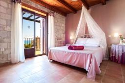 Спальня. Греция, Малеме : Роскошная вилла с потрясающим видом на море, с 4 спальнями, с бассейном, джакузи, зелёной лужайкой, беседкой с патио и каменным барбекю, расположена в 50 метрах от пляжа