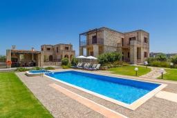 Фасад дома. Греция, Малеме : Роскошная вилла с потрясающим видом на море, с 4 спальнями, с бассейном, джакузи, зелёной лужайкой, беседкой с патио и каменным барбекю, расположена в 50 метрах от пляжа