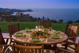 Обеденная зона. Греция, Айя Пелагия : Элегантная и современная вилла с панорамным видом на море, с 5-ю спальнями, с бассейном, тенистой террасой с патио и барбекю