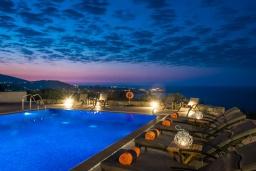 Бассейн. Греция, Айя Пелагия : Элегантная и современная вилла с панорамным видом на море, с 5-ю спальнями, с бассейном, тенистой террасой с патио и барбекю