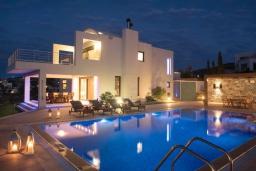 Фасад дома. Греция, Айя Пелагия : Элегантная и современная вилла с панорамным видом на море, с 5-ю спальнями, с бассейном, тенистой террасой с патио и барбекю