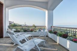 Балкон. Греция,  Ханья : Роскошная вилла с потрясающим видом на море, с 7 спальнями, 3 гостиными, с бассейном и зелёным двориком с барбекю