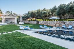 Территория. Греция, Ханья : Роскошная вилла с потрясающим видом на море, с 7 спальнями, 3 гостиными, с бассейном и зелёным двориком с барбекю