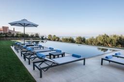 Бассейн. Греция,  Ханья : Роскошная вилла с потрясающим видом на море, с 7 спальнями, 3 гостиными, с бассейном и зелёным двориком с барбекю