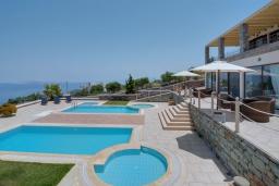 Бассейн. Греция, Айя Пелагия : Шикарная вилла с потрясающим панорамным видом на залив Agia Pelagia, с 7 спальнями, с двумя бассейнами, двумя детскими бассейнами, джакузи, барбекю и патио