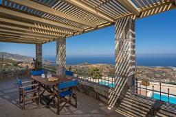 Терраса. Греция, Айя Пелагия : Шикарная вилла с потрясающим панорамным видом на залив Agia Pelagia, с 7 спальнями, с двумя бассейнами, двумя детскими бассейнами, джакузи, барбекю и патио