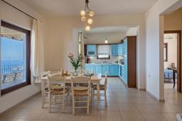 Кухня. Греция, Айя Пелагия : Шикарная вилла с потрясающим панорамным видом на залив Agia Pelagia, с 7 спальнями, с двумя бассейнами, двумя детскими бассейнами, джакузи, барбекю и патио