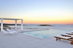 Бассейн. Греция,  Ханья : Роскошная современная вилла с панорамным видом на море, с 6 спальнями, с большим бассейном, тенистой террасой с патио, барбекю