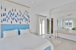 Спальня. Греция,  Ханья : Роскошная современная вилла с панорамным видом на море, с 6 спальнями, с большим бассейном, тенистой террасой с патио, барбекю