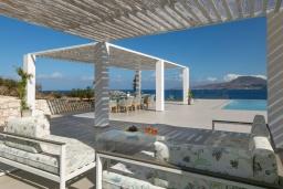 Патио. Греция, Ханья : Роскошная современная вилла с панорамным видом на море, с 6 спальнями, с большим бассейном, тенистой террасой с патио, барбекю