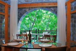 Обеденная зона. Греция, Иерапетра : Уютная каменная вилла с 2-мя спальнями, с бассейном и зелёным двориком с патио и барбекю