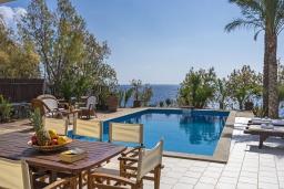 Бассейн. Греция, Иерапетра : Роскошная вилла на побережье с прекрасным видом на море, с 4-мя спальнями, с большим бассейном и двориком с барбекю