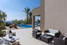 Патио. Греция, Иерапетра : Роскошная вилла на побережье с прекрасным видом на море, с 4-мя спальнями, с большим бассейном и двориком с барбекю