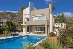Фасад дома. Греция, Иерапетра : Роскошная вилла на побережье с прекрасным видом на море, с 4-мя спальнями, с большим бассейном и двориком с барбекю