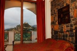 Спальня. Греция, Иерапетра : Прекрасная вилла с потрясающим видом на горы, с 2 спальнями, с бассейном, солнечной террасой с патио и барбекю