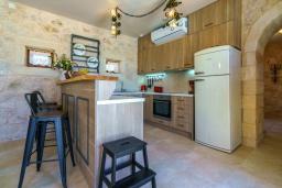 Кухня. Греция, Скалета : Шикарная вилла с видом на море и горы, с 5 спальнями, с большим бассейном, зелёной территорией, тенистой террасой с патио и барбекю, расположена в прекрасной традиционной деревне Asteri