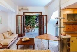 Гостиная. Греция, Айос Николас : Прекрасная вилла в классическом средиземноморском стиле с потрясающим видом на море, с 4 спальнями, с бассейном, тенистой террасой с lounge-зоной, расположена на побережье Aghios Nikolaos