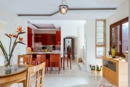 Кухня. Греция, Айос Николас : Прекрасная вилла в классическом средиземноморском стиле с потрясающим видом на море, с 4 спальнями, с бассейном, тенистой террасой с lounge-зоной, расположена на побережье Aghios Nikolaos