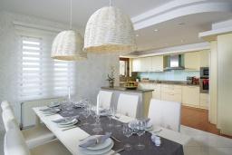 Кухня. Греция, Айя Пелагия : Роскошная современная вилла с невероятным панорамным видом на море, с 5 спальнями, с бассейном, уличным джакузи, бильярдом, барбекю, хамамом, детской площадкой