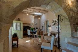 Гостиная. Греция, Георгиуполис : Потрясающая вилла с 3 спальнями, с бассейном, зелёным двориком, тенистой террасой с патио и барбекю